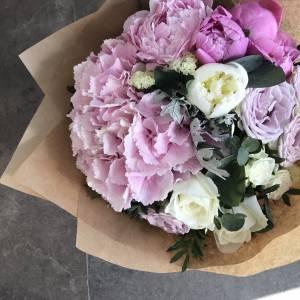 Сборный букет пионы с пионовидными розами в крафте R177